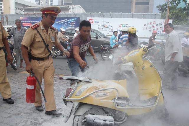 Xe máy Attila tự bốc cháy trên đường