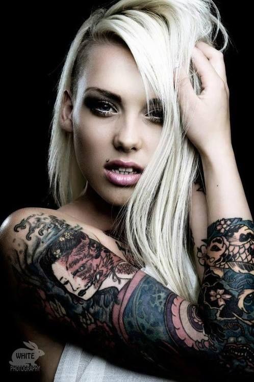 Lauren Brock con tatuaje de demonio en el brazo