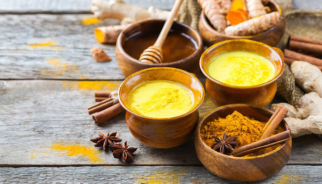 La leche dorada es rica en nutrientes y propiedades para la salud por que contiene curcumina, el ingrediente activo de la cúrcuma; rico en nutrientes y polifenoles que actúan en más de 150 actividades terapéuticas.