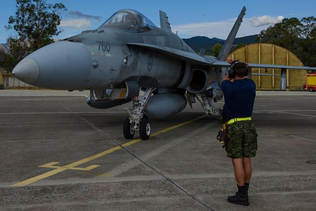 Lucha entre el F-18 Super Hornet y un avión civil de pasajeros canadiense, Boeing sale perdiendo