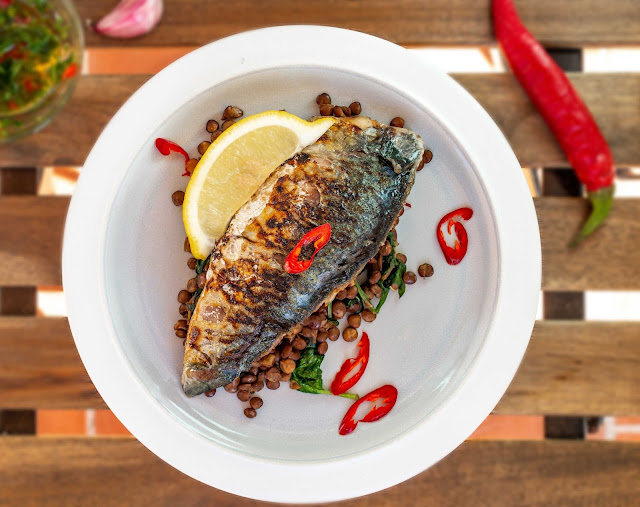 Mackerels fillets with baby spinach and lentils
