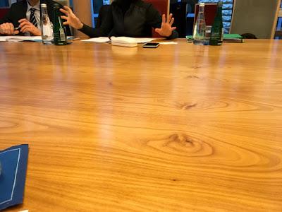 großer Tisch, sprechende Hände