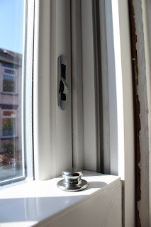 sash window with tilt knob