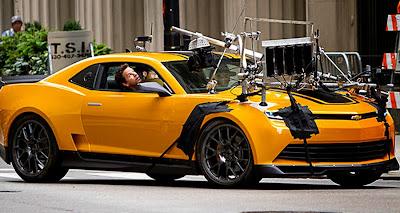 Pe platourile de filmare pentru Tranformers: Age Of Extinction - Mark Wahlberg si Bumblebee