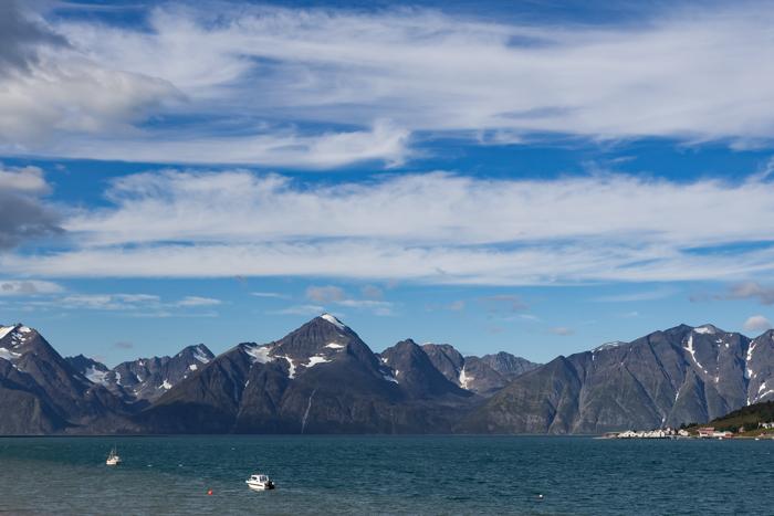Storfjorden Pohjois-Norja maisema lumihuippuiset vuoret turkoosi vuono