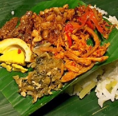 Nasi sela spesial gerang & ayam (Sumber: Instagram Angkringan GCR)