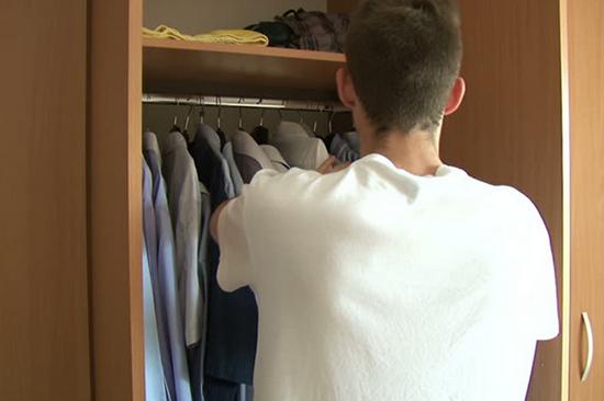 cara mudah menghilangkan bau tak sedap pada lemari pakaian