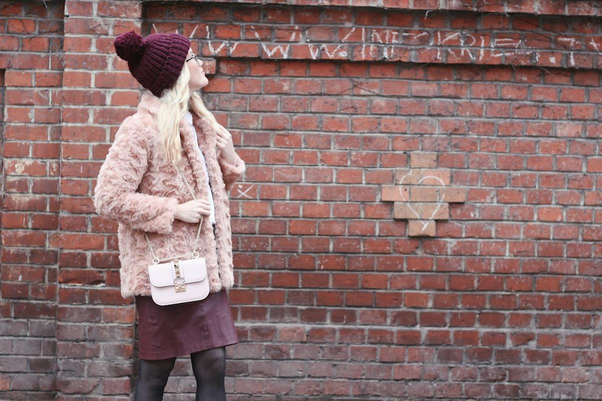 Fashion Outfit mit Strumpfhosen aus der Gambettes Box und rosa Fake Fur Jacke Primark Valentino Lock Small Blonde Glasses Brille Viu