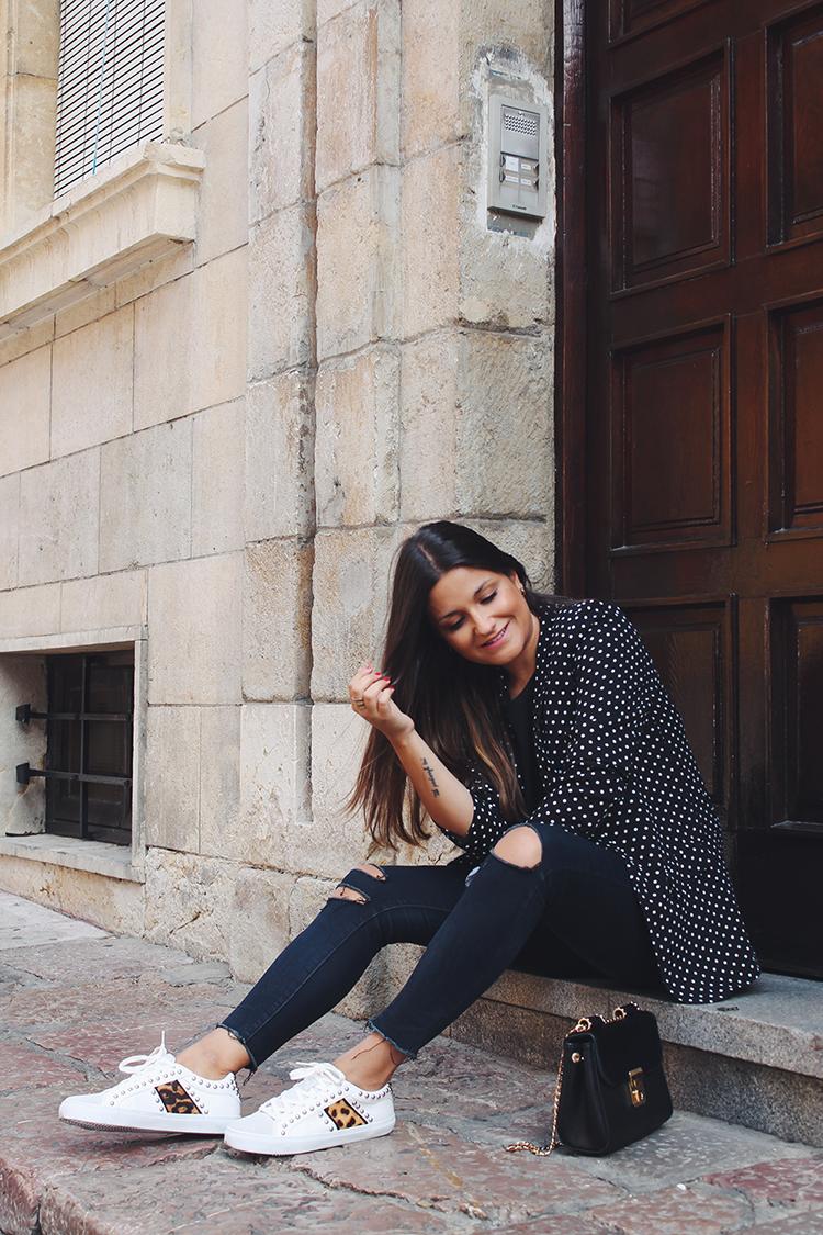 Outfit con americana de lunares y zapatillas de leopardo de Zara