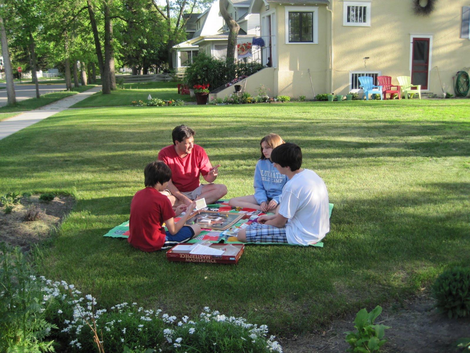 jocuri pentru copii mari i mici 5 idei cu jocuri frumoase s ne juc m de 1 mai afar. Black Bedroom Furniture Sets. Home Design Ideas