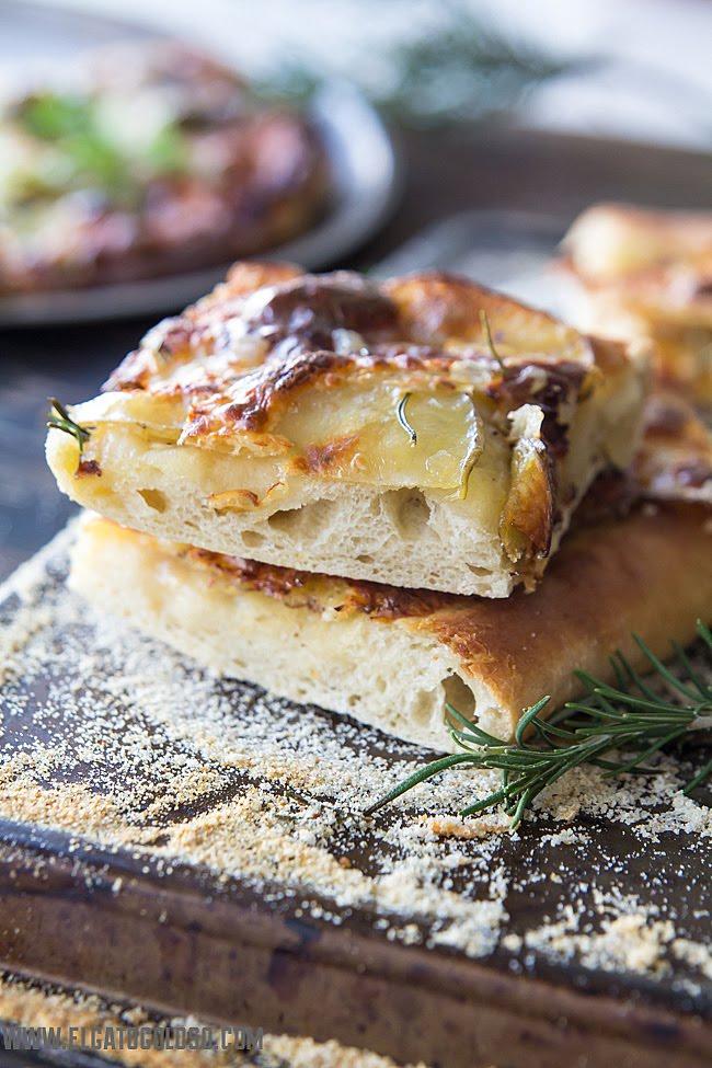 Pizza bianca de papa (patata), mantequilla de ajo y limón y romero vía www.elgatogoloso.com