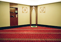 Yerleri kırmızı halı döşeli olan ve köşesindeki küçük mihrabının sağında ve solunda Allah ve Muhammed yazılı olan küçük bir mescit