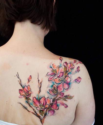 Esvoaça de flor de cerejeira tatuagem nas costas. Belas flores de cerejeira desenhada em aquarela tema como eles são vistos para ser soprado pelo vento. As pétalas estão vibrando suavemente como o vento beija-los. (Foto: Fontes de imagem)