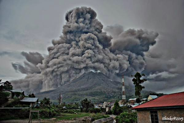INDONESIA: VOLCAN SINABUNG PRODUCE IMPORTANTE ERUPCION