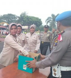 Personel polres Asahan memberikan bantuan untuk korban gempa dan tsunami Palu.