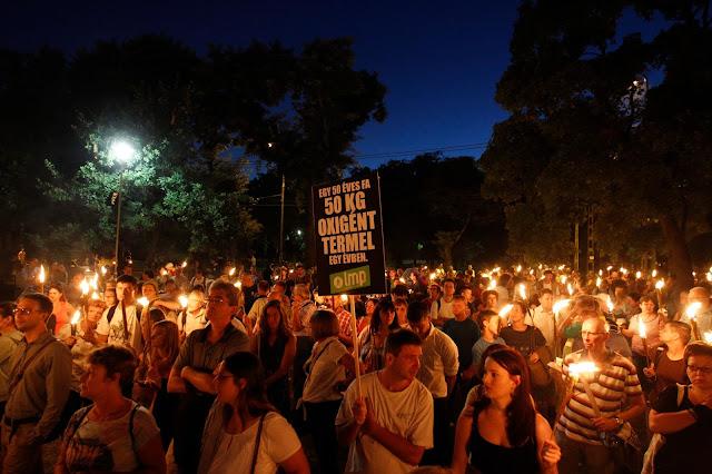 A Lehet Más a Politika fáklyás tüntetésének résztvevői a Városligetben 2016. július 20-án. A demonstrációt a ligetvédők mellett és a Városliget megvédéséért hirdették meg. Délelőtt határozatképtelenség miatt berekesztették az Országgyűlés rendkívüli ülését, amelyen a városligeti beruházást lehetővé tevő Liget-törvény megsemmisítéséről szóló javaslat került volna napirendre.