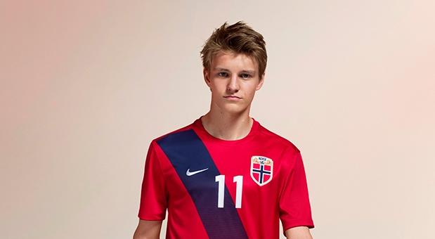 Martin Odegaard con la camiseta Nike de Noruega