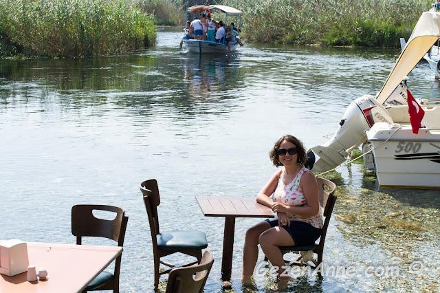 Azmak başı Orfoz restoranda ayaklarımı buz gibi suya sokmuş içeceğim çayımı beklerken, Akyaka