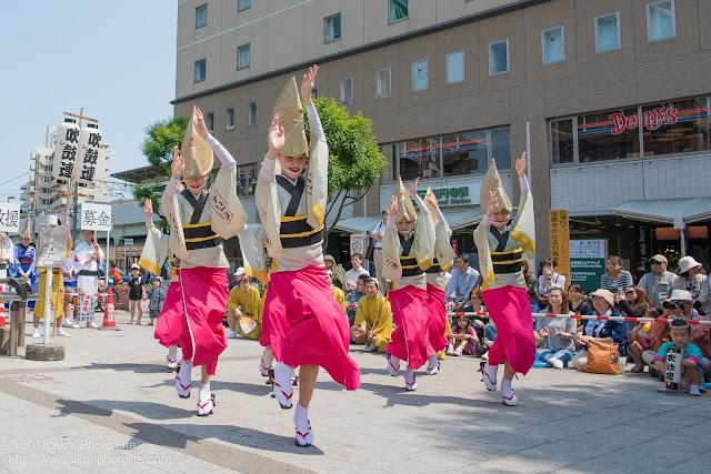 吹鼓連、高円寺駅北口広場での舞台踊り、女踊りの踊り手達の写真 2