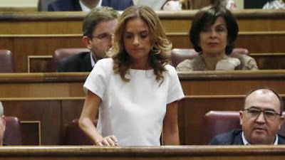 El diputado socialista por Zaragoza Óscar Galeano, junto a la secretaria de Organización del PSOE Aragón, Pilar Alegría, tras ser elegido coordinador del grupo de parlamentarios aragoneses en Madrid, en sustitución de Susana Sumelzo