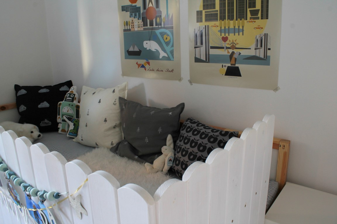 Kleines freudenhaus kinderzimmer makeover mit ikea kura hack for Wandregal kinderzimmer ikea