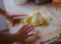 Τρόπος για να καθαρίστε τον πάγκο της κουζίνας μετά το ζύμωμα