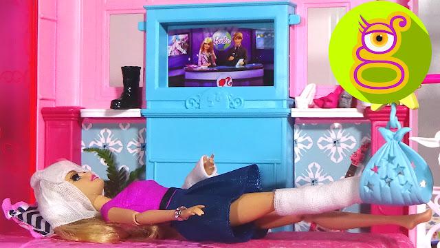 ¿Se quedará Ken con Barbie escayolada tras el accidente o con Raquel? Capítulo #16 - juguetes Barbie en español