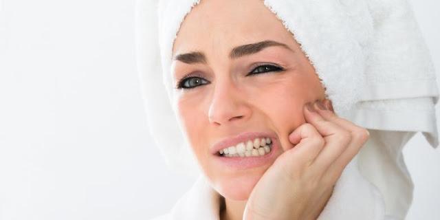 6 Penyebab Gusi Bengkak dan 5 Cara Alami Mengobatinya