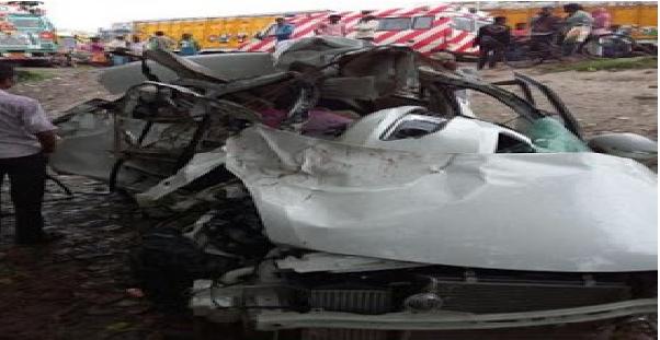सुपौल : गैस लदल  ट्रक आर मारुति कार के बीच भीषण टक्कर म' कार  सवार तीन लोगक मौत