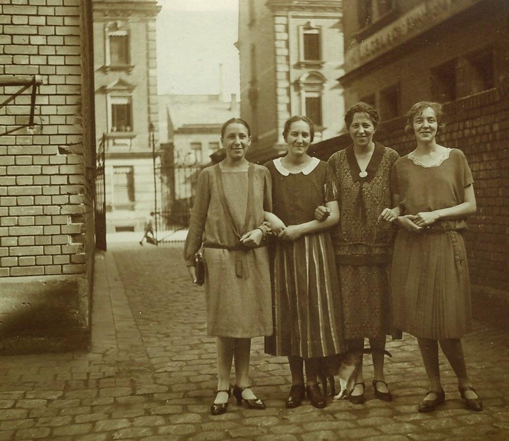 31 vintage photographs captured street scenes of berlin in the 1920s vintage everyday. Black Bedroom Furniture Sets. Home Design Ideas