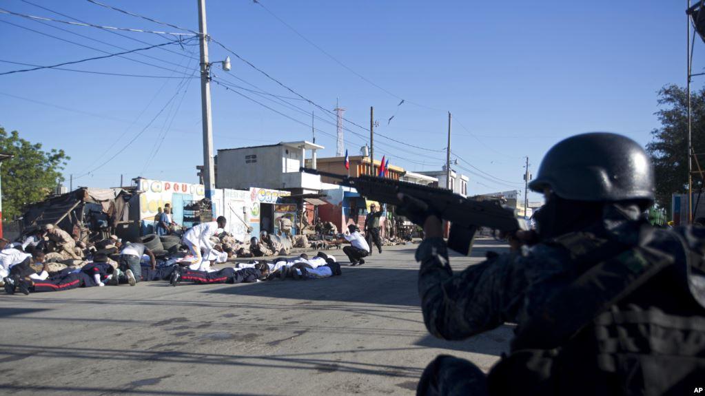 Policía disparó municiones reales en pleno centro de Puerto Príncipe / AP