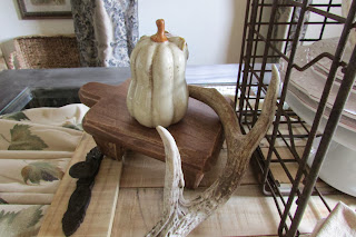 Pallets, Pumpkins and Antlers in a Rustic Tablescape