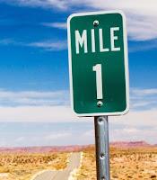 Bir yol kenarındaki İngilizce 1 mil tabelası