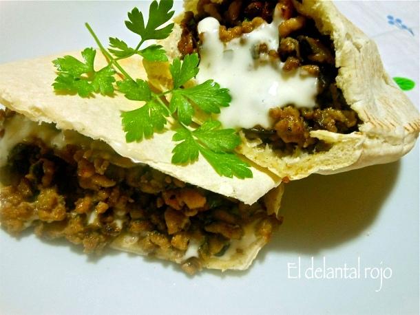 198 pan pita relleno de carne picada y berenjenas con salsa de yogurt de bote el delantal rojo - Salsa para relleno de carne ...