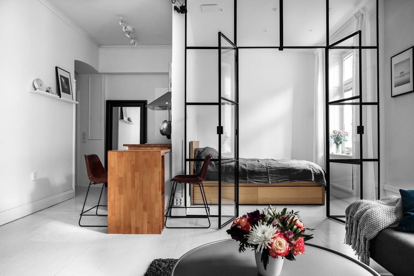 Dormitor separat de un perete de sticlă într-o garsonieră de 37 m²