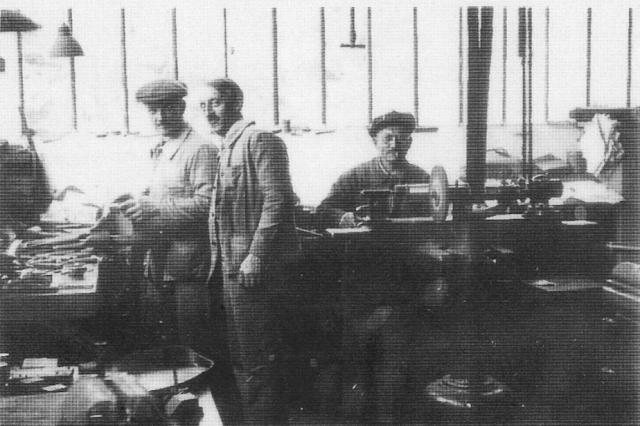 """Tron et Berthet à Pont-Saint-Pierre - La selle Idéale. 1920  de gauche  à droite, M. Thiron qui deviendra directeur technique,  M. Filleul qui ira fonder sa propre usine de selles """"la Perle"""" à Perruel (qui deviendra Robergel, spécialisé dans les rayons de vélo puis les enjoliveurs, et M. Barberis."""