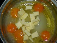 Ralladura de limón, zumo de limón, huevos y azúcar en el caldero