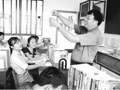 To nearly twenty thousand students in Du'an Yao county high school over 30 years, Mo Zhengao was known by a different name - 'Principal Dad.'