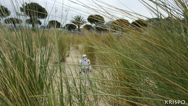 stormtrooper de star wars tras duna en playa de hondarribia