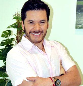 Foto de Raúl Sandoval con bigote y barba