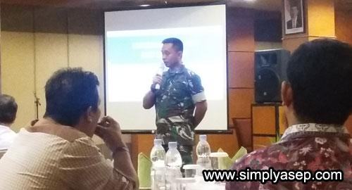 TIM SIBER :  Inteldam XII/TPR Kolonel TNI Wulang saat memaparkan bahwa tim Siber  pihaknya bisa melacak pelaku penyebar HOAX.  Foto Asep Haryono