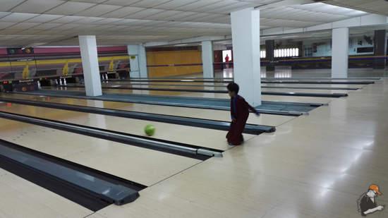 Gelagat Anak Main Bowling Pakai Baju Raya