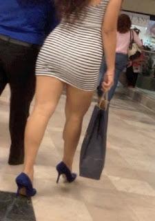 Linda chica vestido corto ajustado