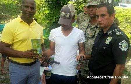 Pandillero arrepentido entrega armas a policía