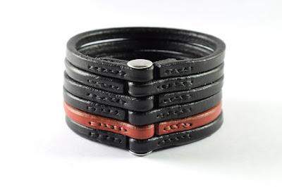 Braccialetto largo in cuoio trafilato nero e rosso fatto su misura e cucito a mano con chiusura a vite in acciaio inox ipoallergenico