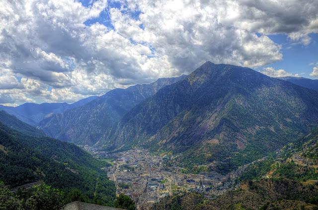 Vista desde arriba en el valle La Vella con las montañas circundantes de los Pirineos en Andorra.