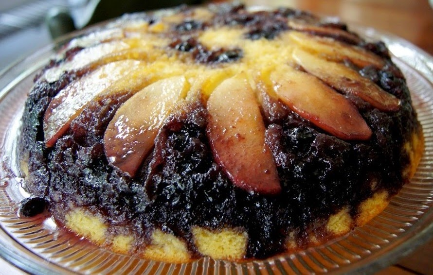 Cake with Apples and Blueberries.