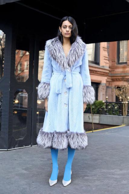 Монохромный образ с голубым пальто и синими колготками