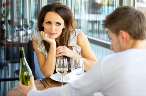 5 μικρά ψέματα που κάθε γυναίκα λέει στο πρώτο ραντεβού!