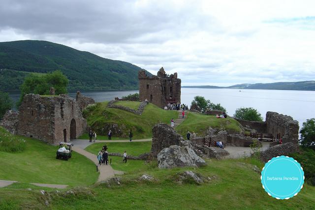 Lesetipps für Schottland-Fans - 7 Buchtipps, die euch nach Schottland entführen - Urquart Castle am Loch Ness